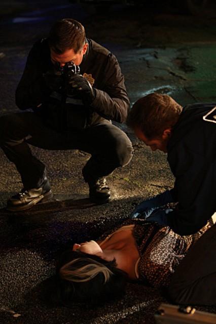 David Berman e George Eads sulla scena di un crimine nell'episodio 'Turn, Turn, Turn' della nona stagione di CSI - Las Vegas