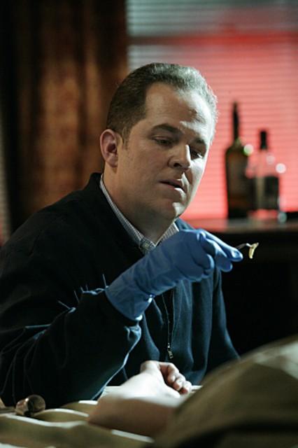 David Berman sulla scena di un crimine nell'episodio 'Kill me if you can' della serie tv CSI - Las Vegas