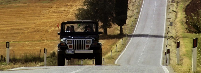 David e Sarah nella jeep in una scena dell\'horror IN THE MARKET
