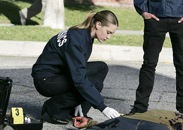 Lauren Lee Smith sulla scena di una sparatoria nell'episodio 'No Way Out' della nona stagione di CSI