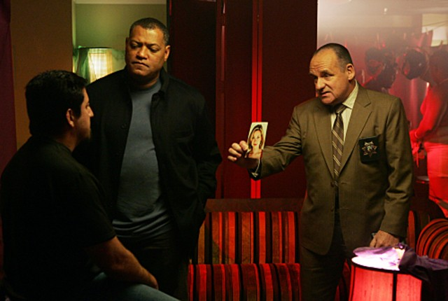 Laurence Fishburn e Paul Guilfoyle indagano sulla scomparsa di Silvia nell'episodio 'Mascara' della serie tv CSI - Las Vegas