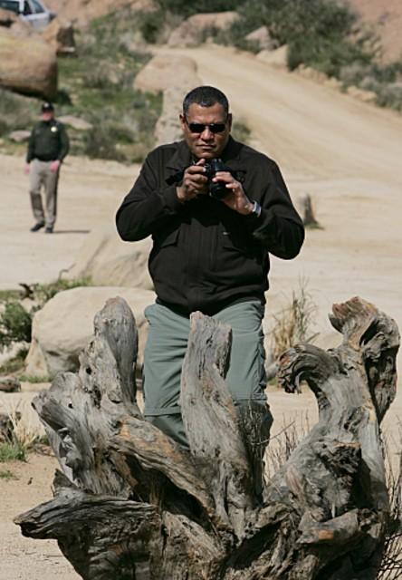 Laurence Fishburn raccoglie prove nell'episodio 'The Descent of Man' della serie tv CSI - Las Vegas
