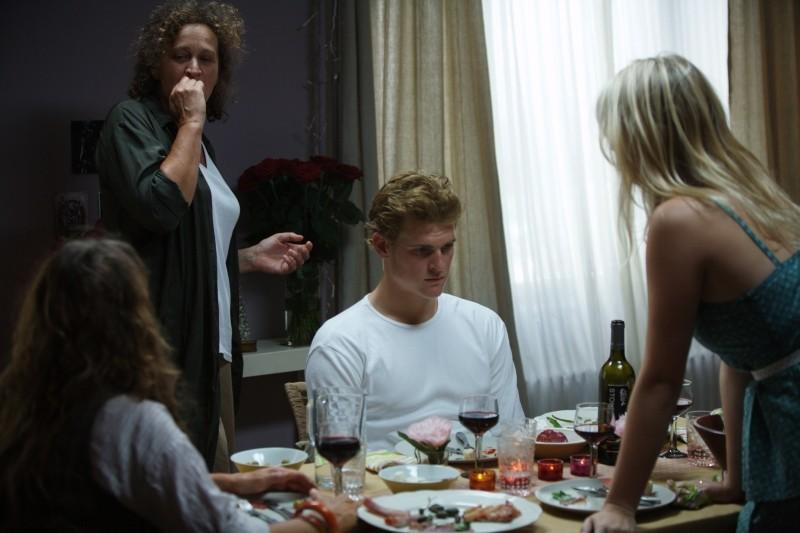 Ancora Oliver Møller-Knauer circondato dalla famiglia in una scena di Riunione di famiglia