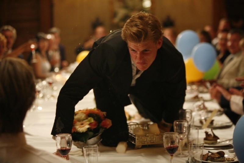 Ancora Oliver Møller-Knauer in una concitata scena di Riunione di famiglia