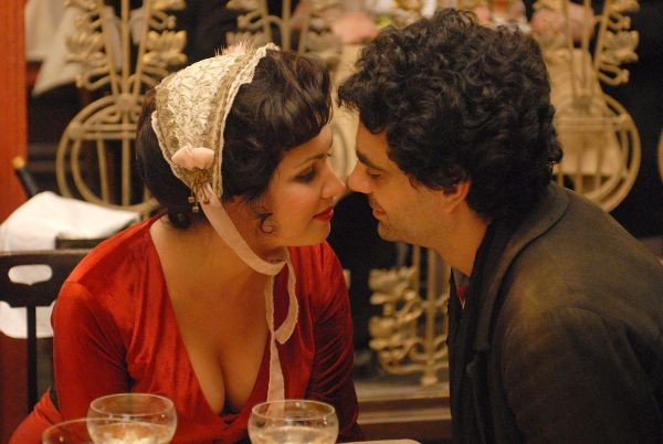 Anna Netrebko e Rolando Villazón in una scena del film 'La Bohème'
