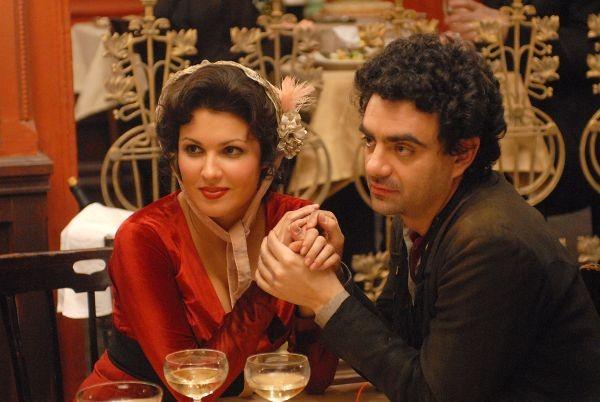 Le star Anna Netrebko e Rolando Villazón in una scena del film 'La Bohème'