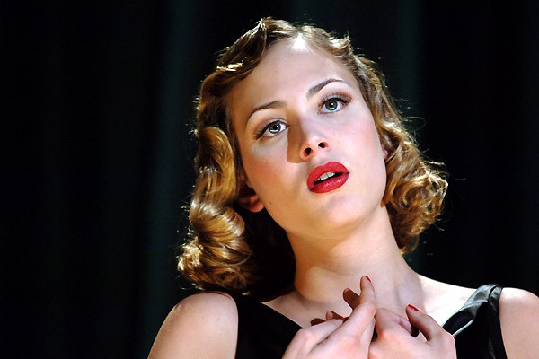 Nora Arnezeder è Douce nel film Faubourg 36