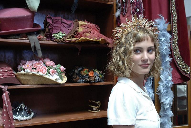Nora Arnezeder è la protagonista del film Faubourg 36