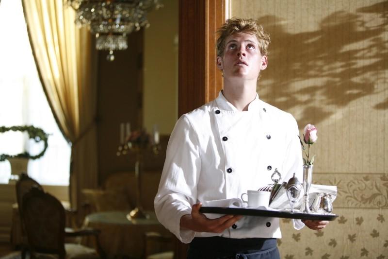 Oliver Møller-Knauer nei panni del cameriere Sebastian in una scena di Riunione di famiglia