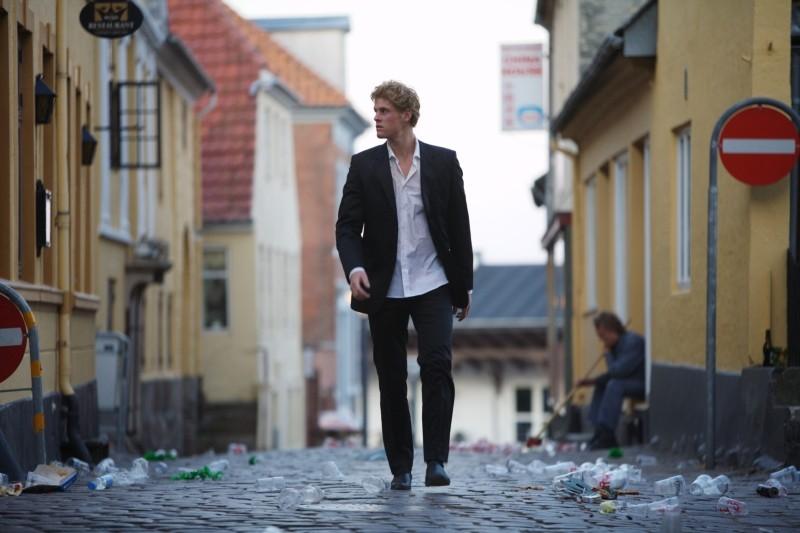 Oliver Møller-Knauer vaga per le strade deserte in una scena di Riunione di famiglia