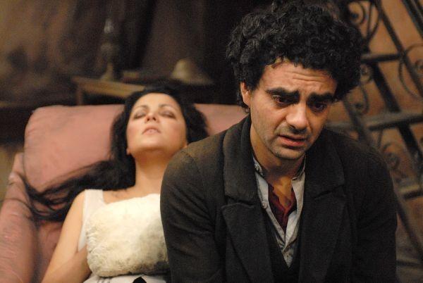 Rolando Villazón e Anna Netrebko insieme in una scena del film La Bohème