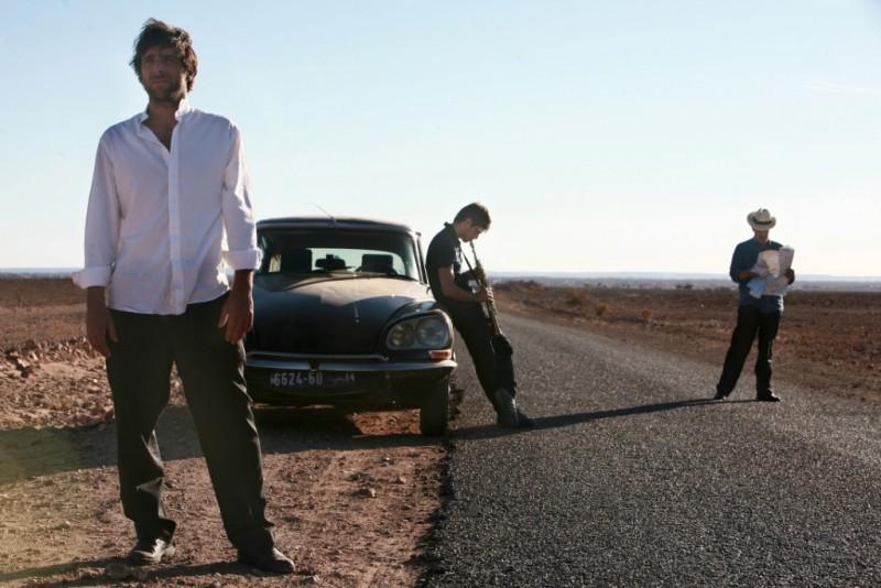 Adriano Giannini ed Emanuele Bosi sulle strade del Marocco in una scena di La casa sulle nuvole