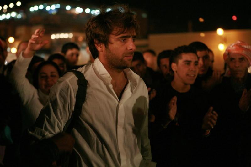 Adriano Giannini sperduto in Marocco in una scena di La casa sulle nuvole