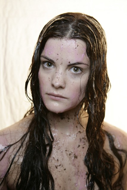 Jaimie Alexander in una scena drammatica della serie Kyle XY, episodio: The Homecoming