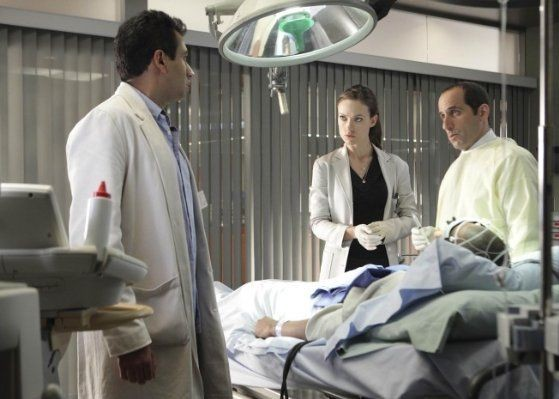 Kal Penn, Olivia Wilde e Peter Jacobson in una scena di Locked In di Dr. House: Medical Division