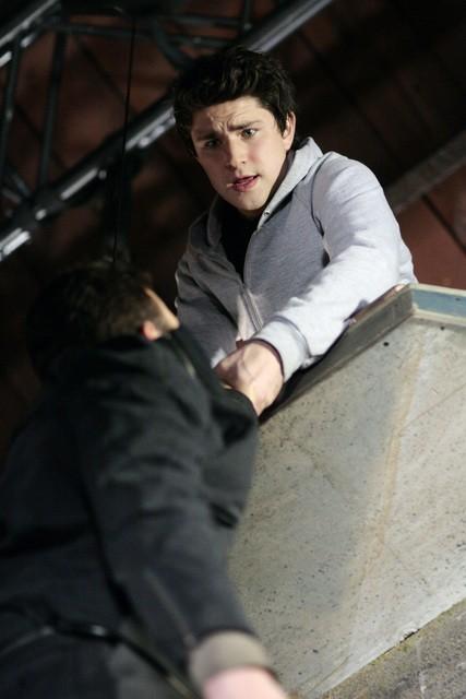 Matt Dallas da una mano a Nicholas Lea in una scena dell'episodio 'Equilibri Precari' della seconda stagione della serie Kyle XY