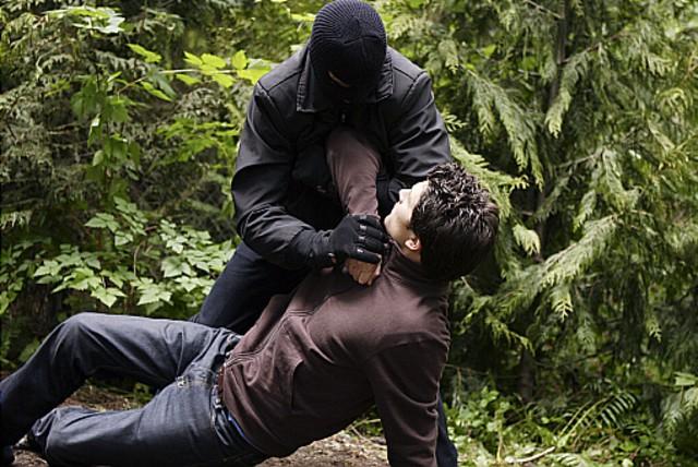 Matt Dallas in una scena d'azione dell'episodio 'L'utilità della memoria' della serie tv Kyle XY