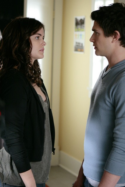 Matt Dallas insieme a Jaimie Alexander in una scena dell'episodio ' Free to Be You and Me ' della serie tv Kyle XY