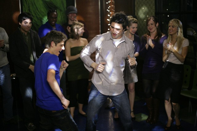Matt Dallas insieme a Jean-Luc Bilodeau in una scena dell'episodio ' Free to Be You and Me ' della serie tv Kyle XY