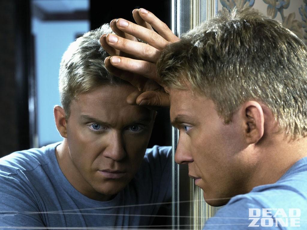 Wallpaper di Anthony Michael Hall allo specchio in una scena della serie The Dead Zone.