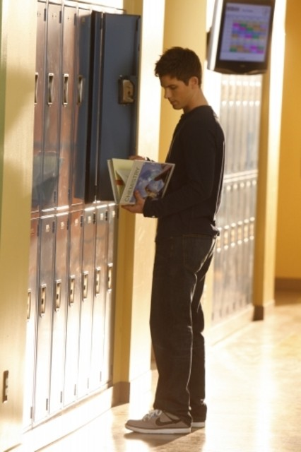 Matt Lanter in una foto di scena dell'episodio Life's a Drag di 90210