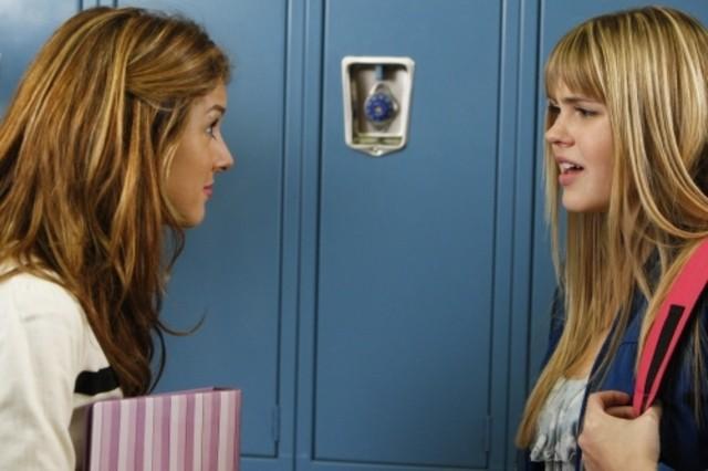 Shenae Grimes ed Aimee Teegarden in una scena dell'episodio Life's a Drag di 90210