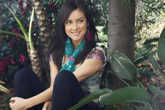 Una sorridente Jessica Stroup nell'episodio Life's a Drag di 90210