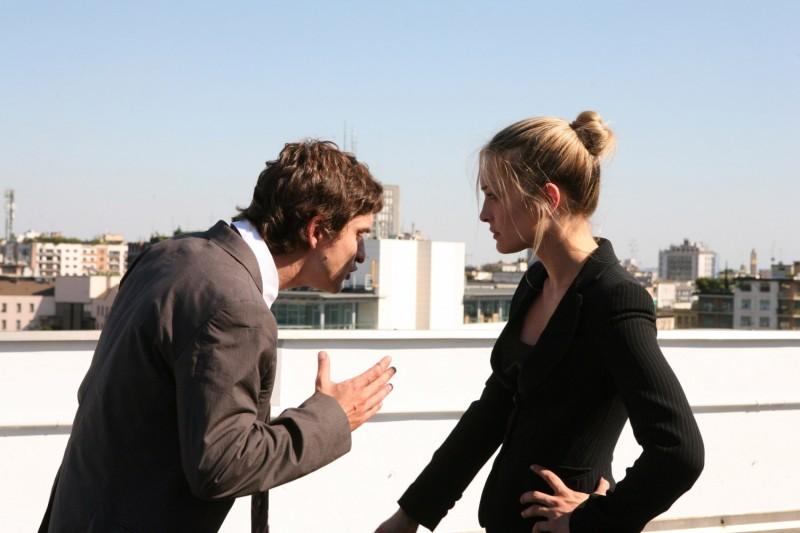 Alessandro Tiberi e Carolina Crescentini in una scena del film Generazione mille euro