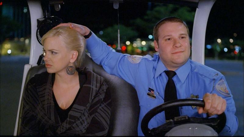 Anna Faris e Seth Rogen in una scena del film Observe and Report