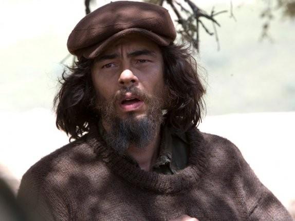 Benicio Del Toro è il comandante Ernesto Guevara nel film Che - Guerriglia