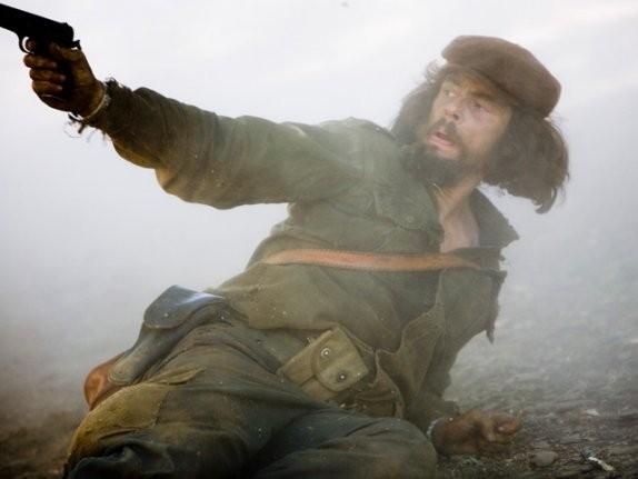 Benicio Del Toro interpreta il comandante Ernesto Guevara nel film Che - Guerriglia