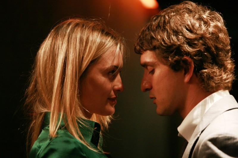 Carolina Crescentini e Alessandro Tiberi in una romantica scena del film Generazione 1000 euro