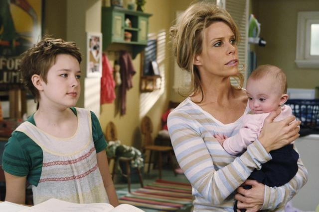 Cheryl Hines e Charlotte Foley nell'episodio Shepfather di In the Motherhood
