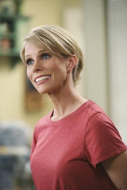 Cheryl Hines in una scena dell'episodio Shepfather di In the Motherhood