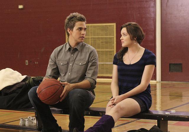 Chris Olivero con April Matson sul campo di basket della scuola, nell'episodio 'Grey Matters' della serie tv Kyle Xy