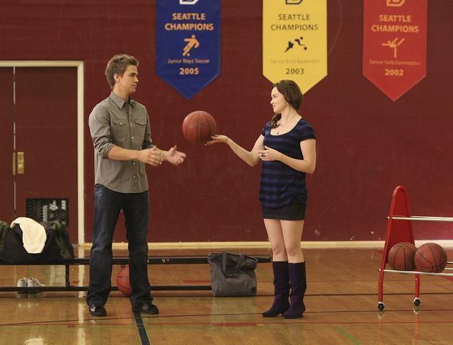 Chris Olivero e April Matson sul campo di basket della scuola, nell'episodio 'Grey Matters' della serie tv Kyle Xy