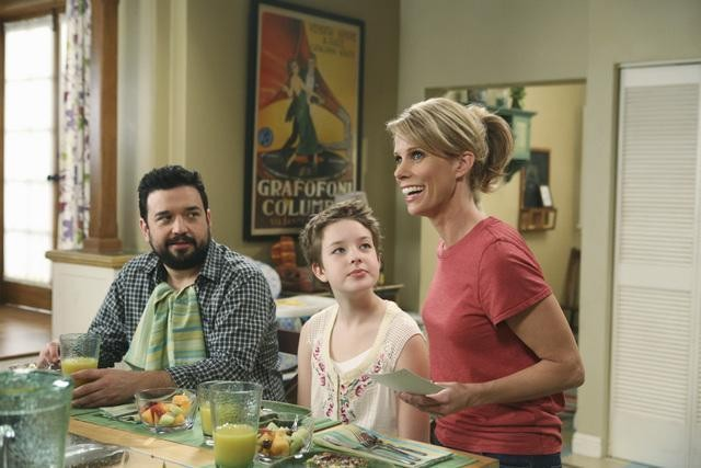 Horatio Sanz e Cheryl Hines in una scena dell'episodio Shepfather di In the Motherhood