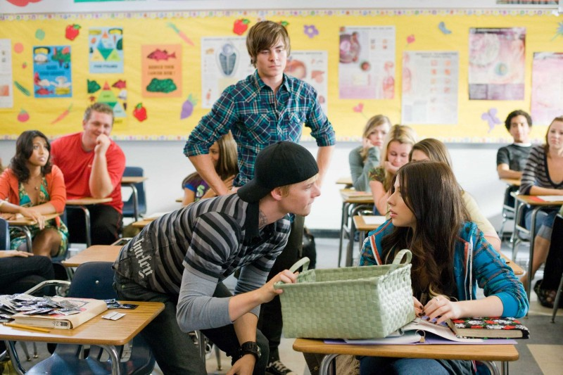 Hunter Parrish, Zac Efron e Michelle Trachtenberg in una scena del film 17 Again - Ritorno al Liceo