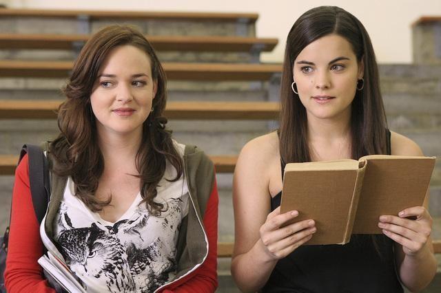 Jaimie Alexander con April Matson sul campo di basket della scuola, nell'episodio 'Grey Matters' della serie tv Kyle Xy