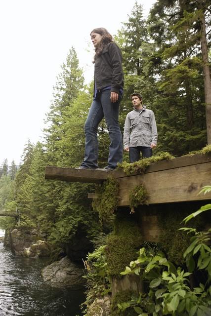 Jaimie Alexander insieme a  Matt Dallas in un momento dell'episodio 'Chi è Kyle?' della serie tv Kyle XY