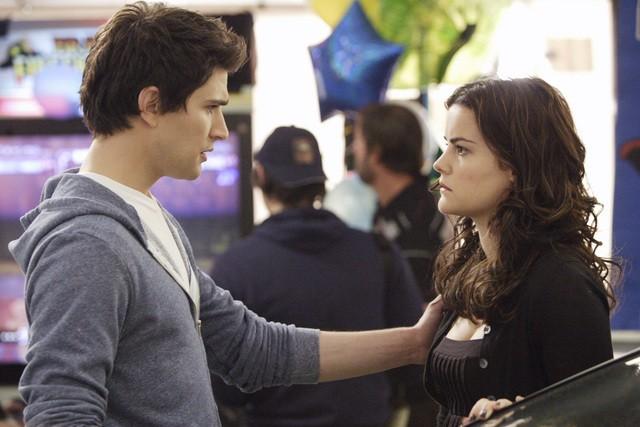 Jaimie Alexander insieme a  Matt Dallas in una scena dell'episodio 'La verità nascosta' della seconda stagione di Kyle XY