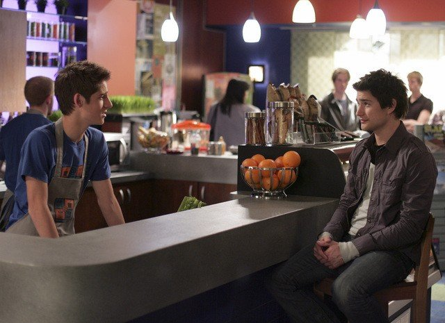 Jean-Luc Bilodeau con Matt Dallas in una scena dell'episodio 'Does Kyle Dream of Electric Fish?' della seconda stagione di Kyle XY