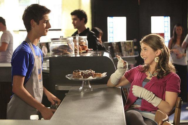 Jean-Luc Bilodeau e Magda Apanowicz in una scena dell'episodio 'Grey Matters' della serie tv Kyle XY