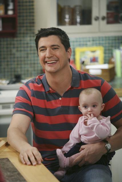 Ken Marino in una scena dell'episodio Shepfather di In the Motherhood