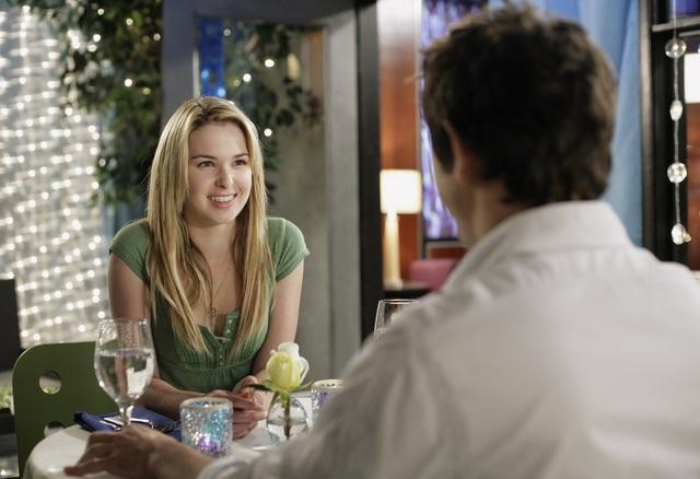 Kirsten Prout e, di spalle, Matt Dallas,  durante una cena romantica nell'episodio 'Great Expectations' della serie tv Kyle XY