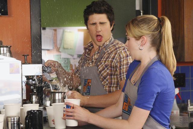Kirsten Prout e Matt Dallas in una scena dell'episodio 'Between the Rack and a Hard Place' della serie tv Kyle XY