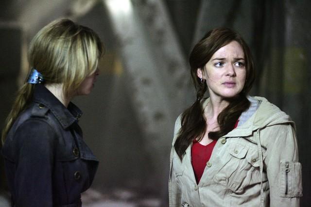 Kirsten Prout insieme a April Matson in una scena dell'episodio 'Fantasmi' della seconda stagione di Kyle XY
