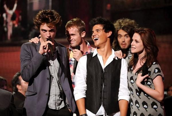 Le star del film Twilight agli MTV Music Video Awards. Dietro di loro c'è anche Russell Brand.