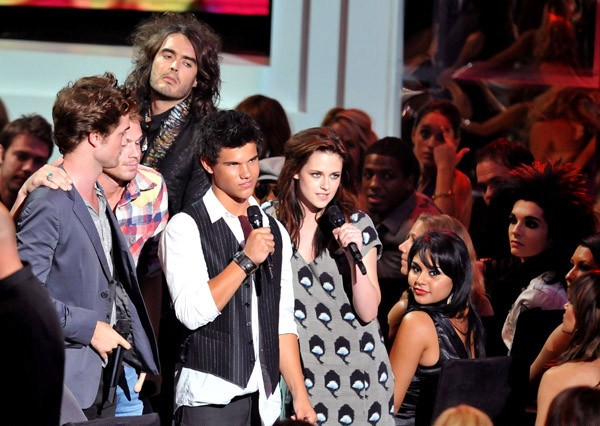 Le star di Twilight insieme a Russell Brand agli MTV Music Video Awards
