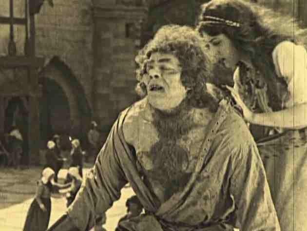 Lon Chaney è Quasimodo ne Il gobbo di Notre Dame